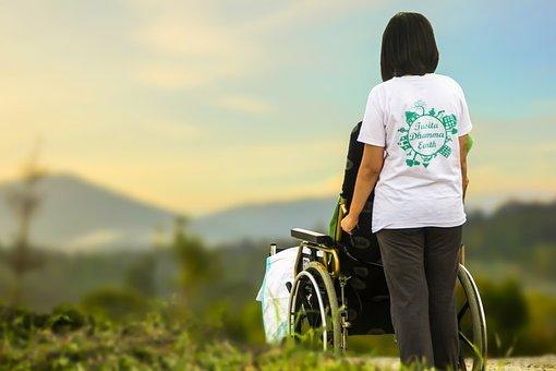 žena s invalidním vozíkem