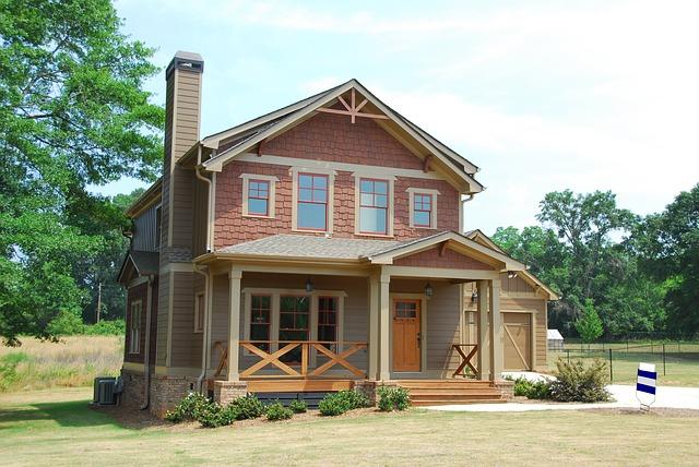 červený domek, dřevěné zábradlí