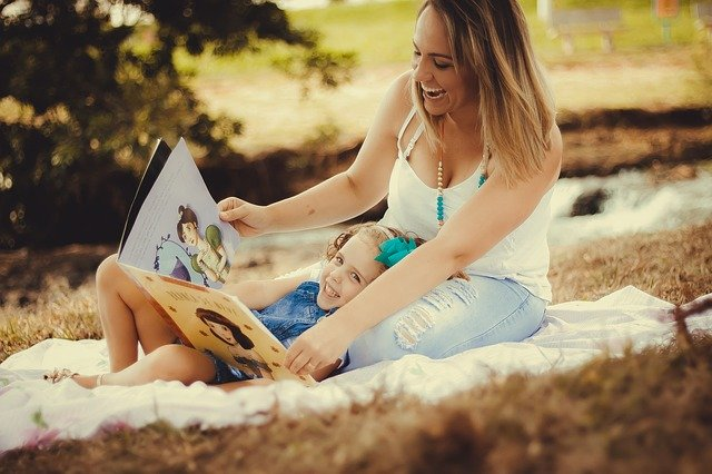 matka a dcera s knihou