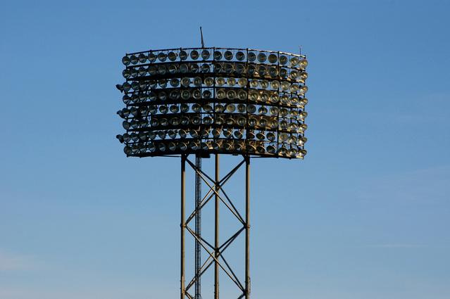 reflektory na sportovním stadionu.jpg