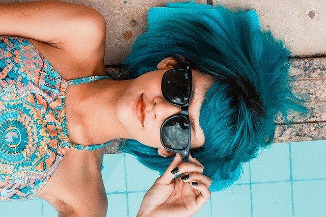 rebelka s modrými vlasy